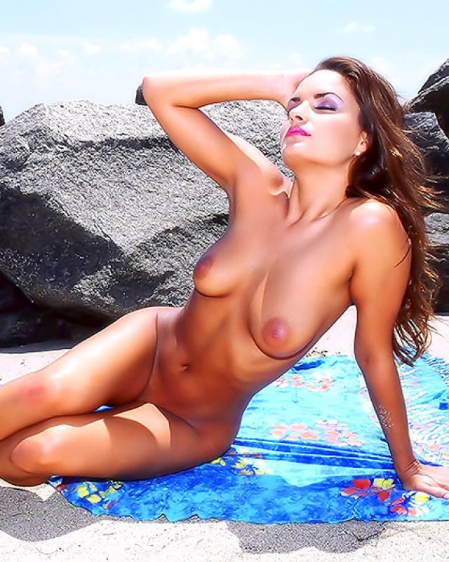 Гламурная девушка в мини бикини оголяется на пляже