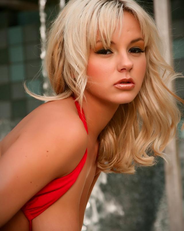 Блондинка в красном мини бикини расширяет свою киску