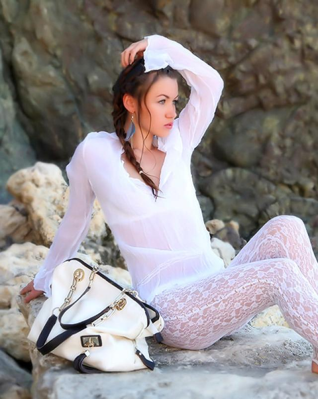 Девушка с косичкой развратничает на берегу
