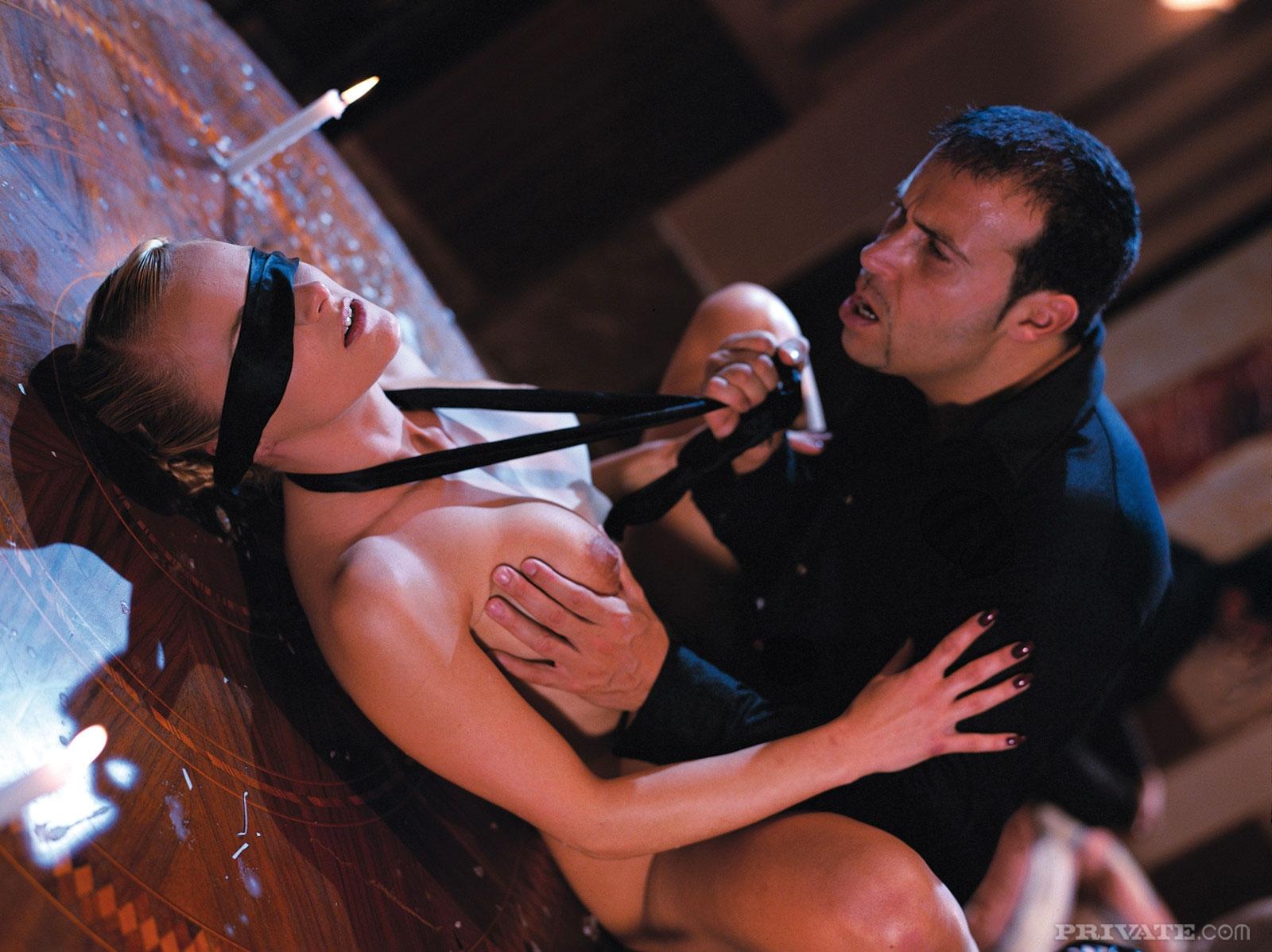 Рабыня с пухлыми сиськами принимает сперму на лицо