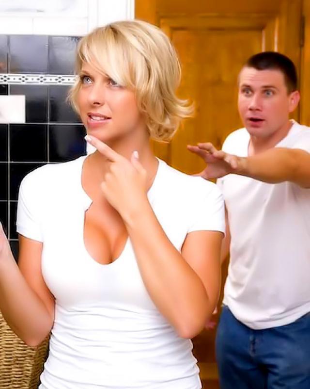 Мужик в резинке жарит блондинку и кончает на лицо