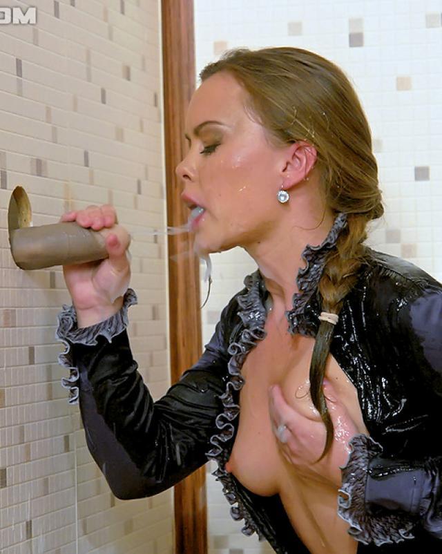 Похотливая девица сосала искусственный хуй с кончиной на лицо