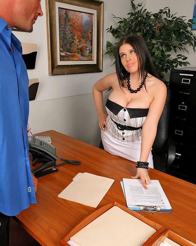 Трахающиеся секретарше под конец кончают в рот и на лицо