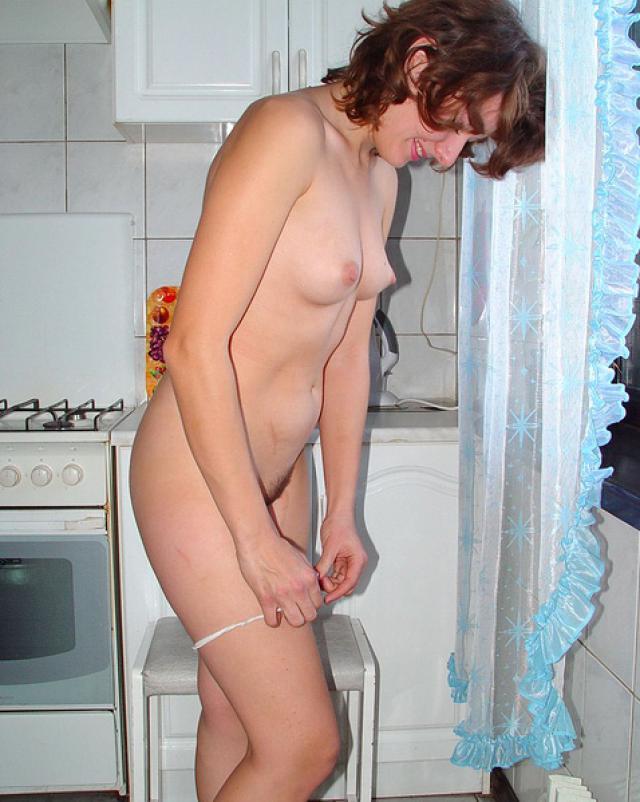 Русская красотка исполняет домашний стриптиз на кухне