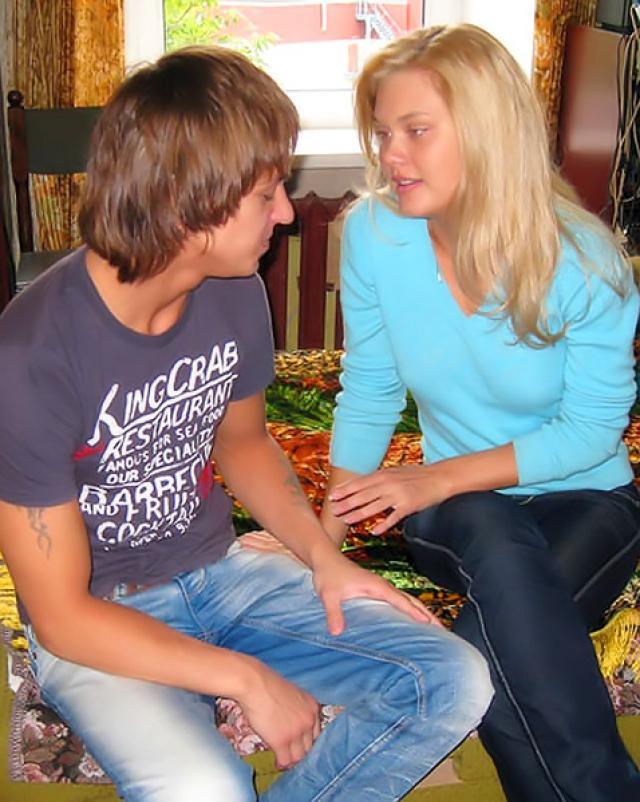 Русская блондинка раздевается и жестко трахается