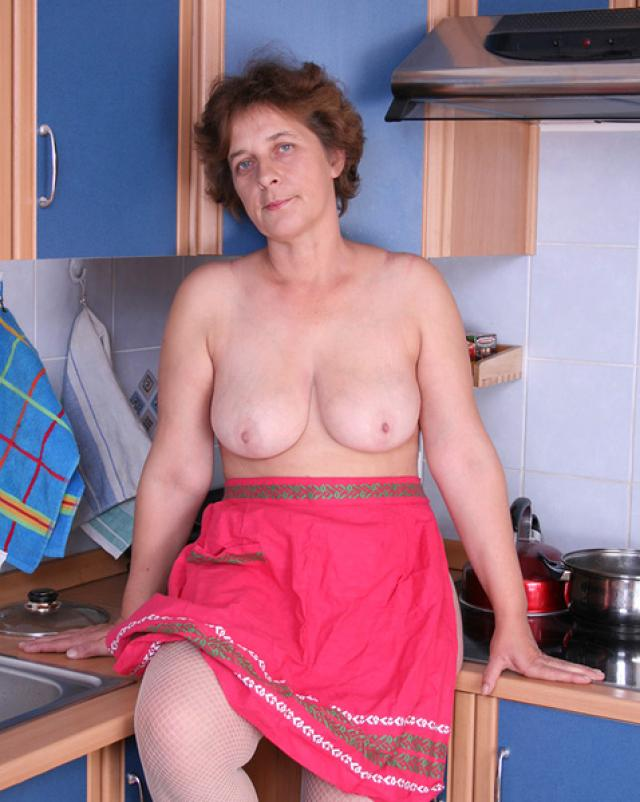 Русская бабушка показала волосатый лобок