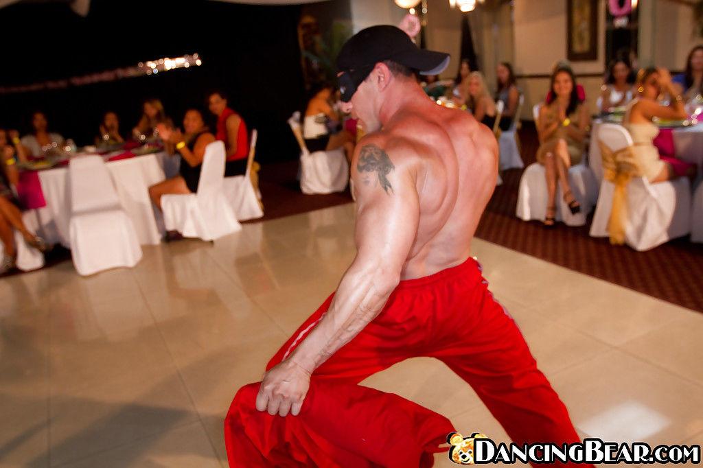 Секс фото мускулистый стриптизер дает пенис на отсос бабам из зала