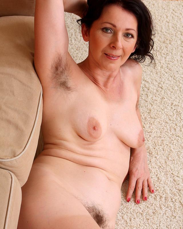 Ненасытная женщина старушка манит своим супер телом