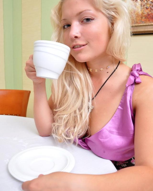 Смазливая блондинка охотно показывает натуральную грудь