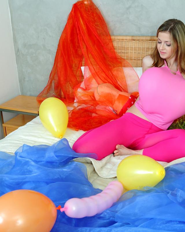 Девушка красиво мастурбирует вибратором на день рождения