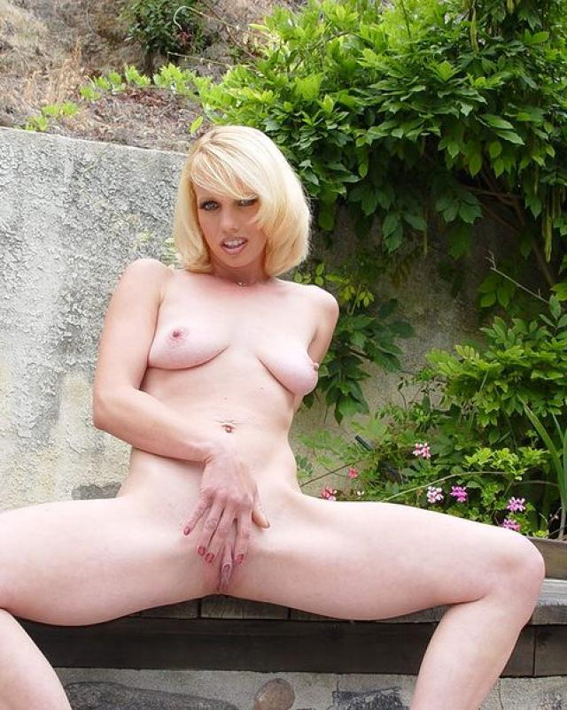 Блондинка показывает пизду крупным планом на красивой природе