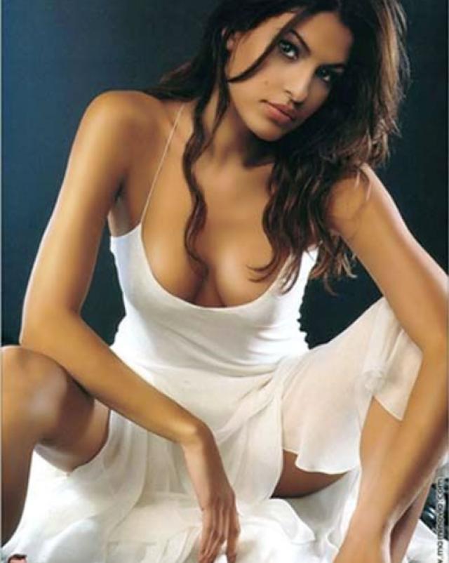 Eva Mendes и ее красивая грудь во многих кадрах