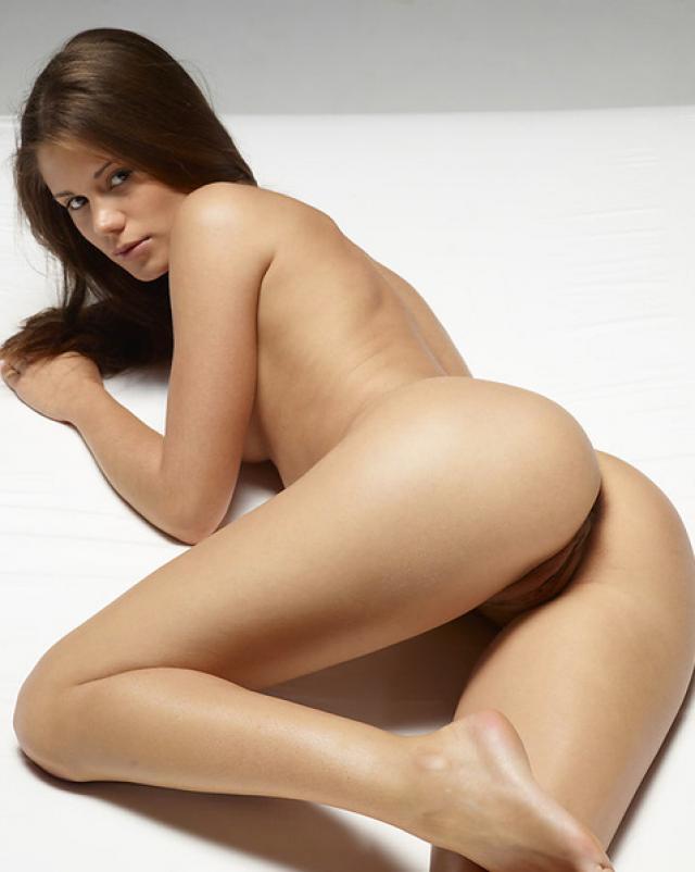 Молоденькая худышка снимает красивую эротику