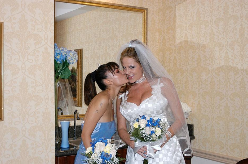 Сладкий жених оттрахал свою сочную невестку и ее заводную подружку в групповухе