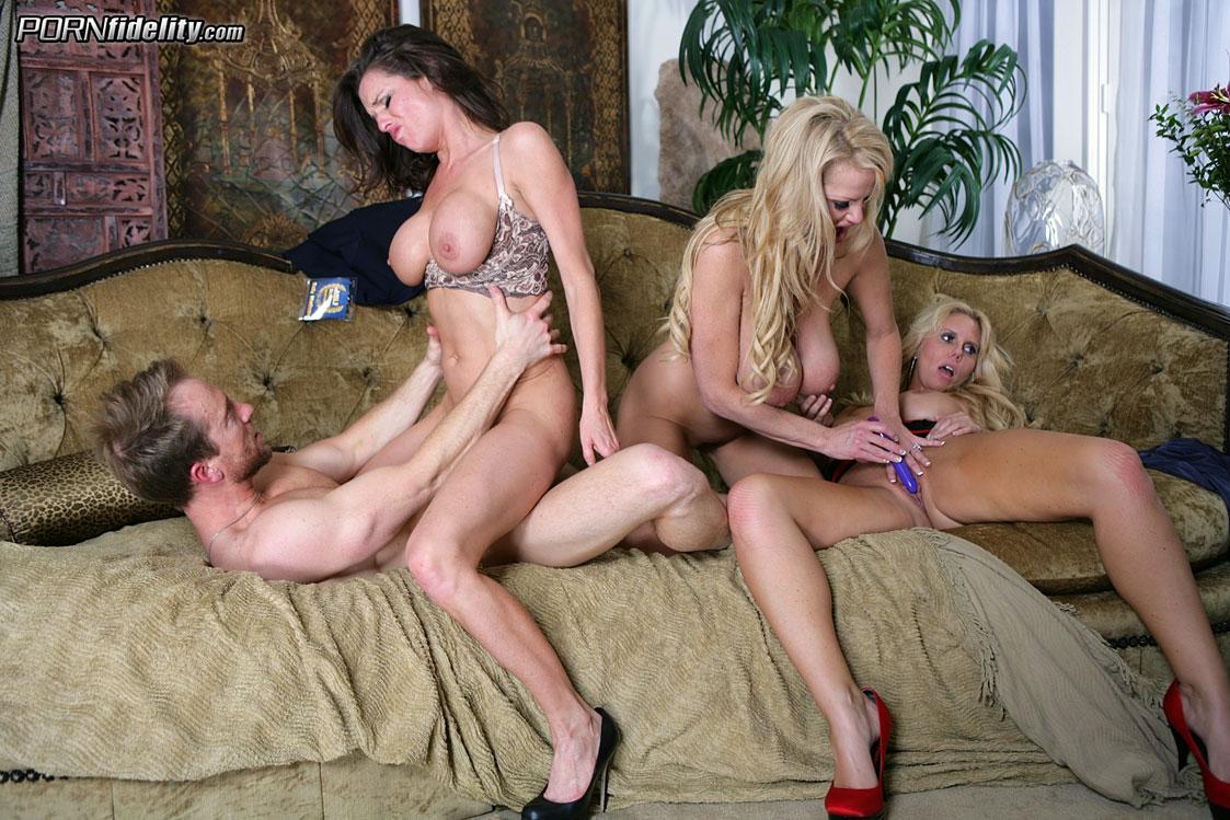 Мужик трахается с тремя работницами отеля в групповухе