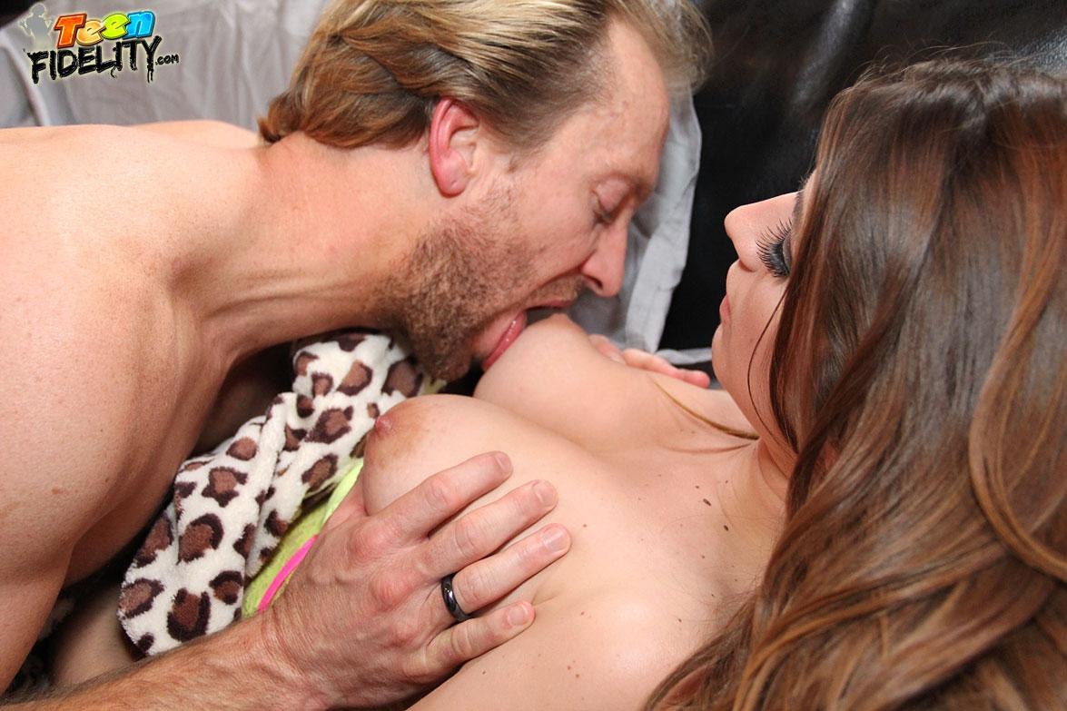Смотреть фото группового секса с двойкой аппетитных мамочек