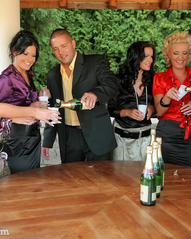 После шампанского всем захотелось ебли