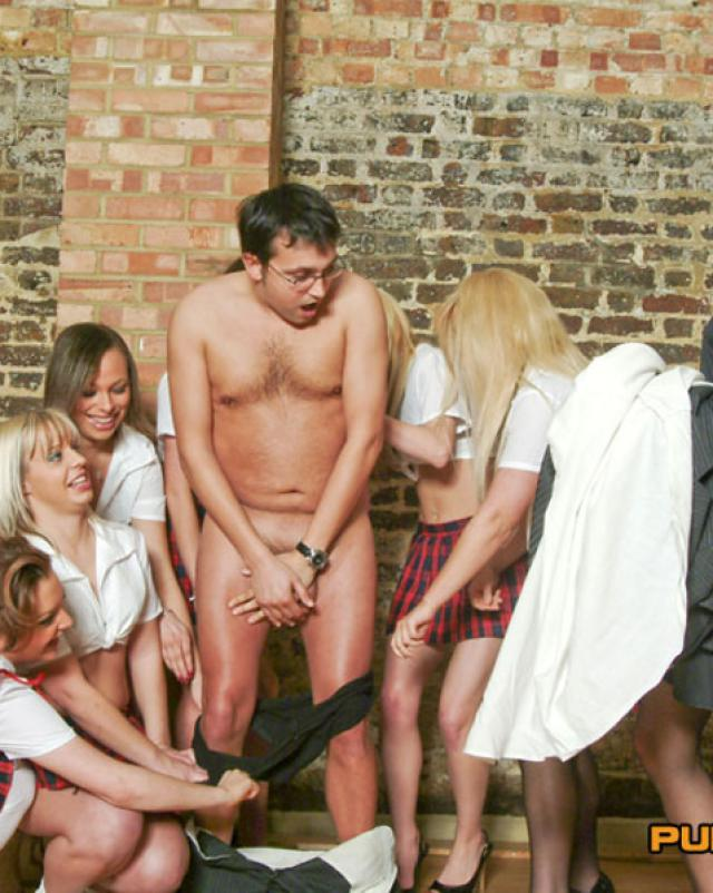 Шаловливые студентки в юбках схватили член парня