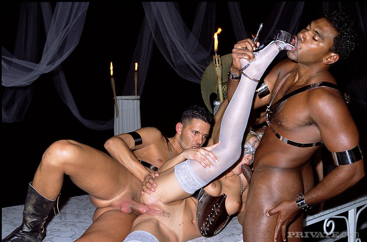 Порно рабыни участвуют в межрассовой групповухе