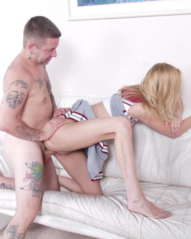 Чарлидерша занялась сексом прямо в форме