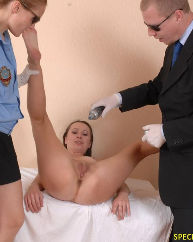 Милиционнеры изучают тощую проститутку