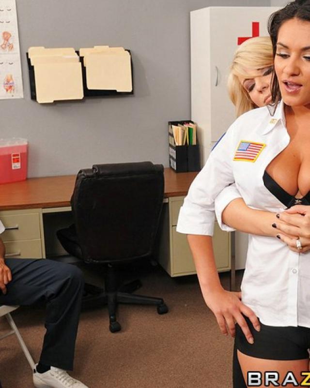 Медсестра отрабатывает свою зарплату