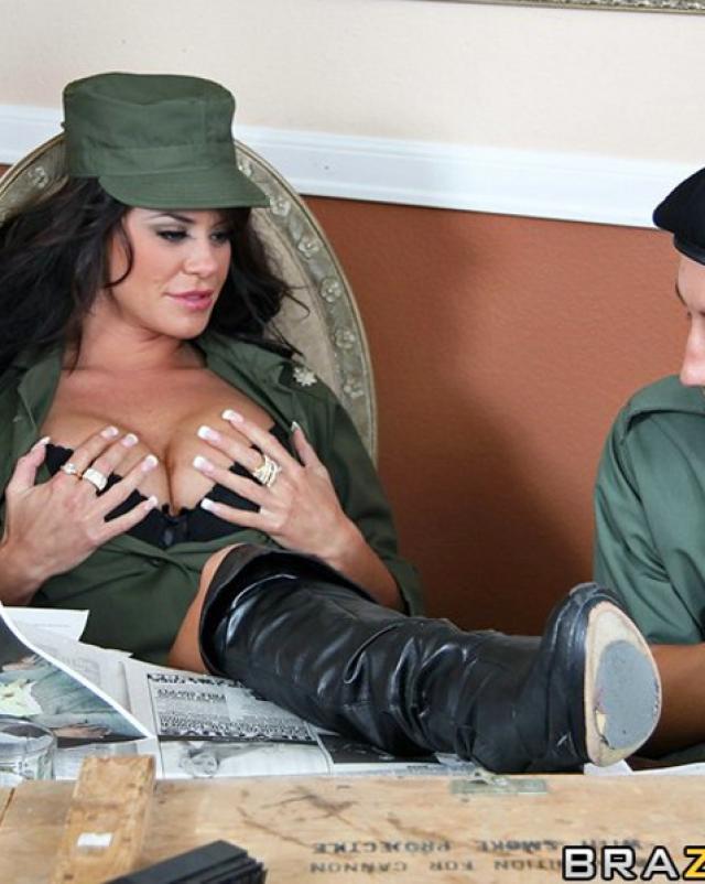Пышная красотка в военной форме получила член