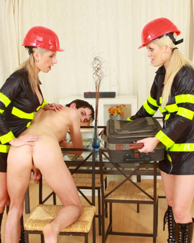 Девушки в униформе страпонят парня