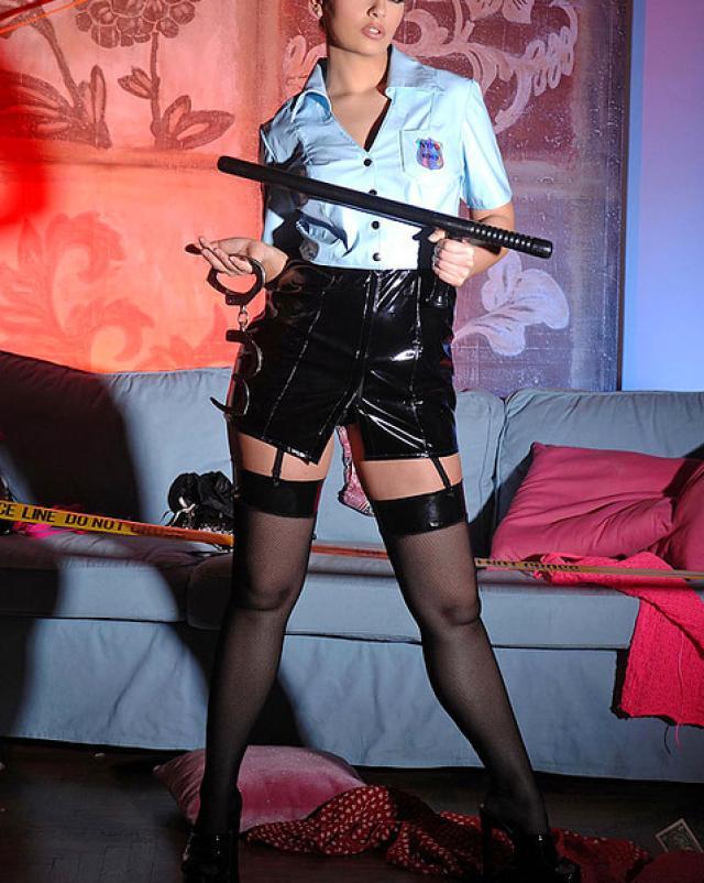 Стильная полицейская доставляет себе удовольствие