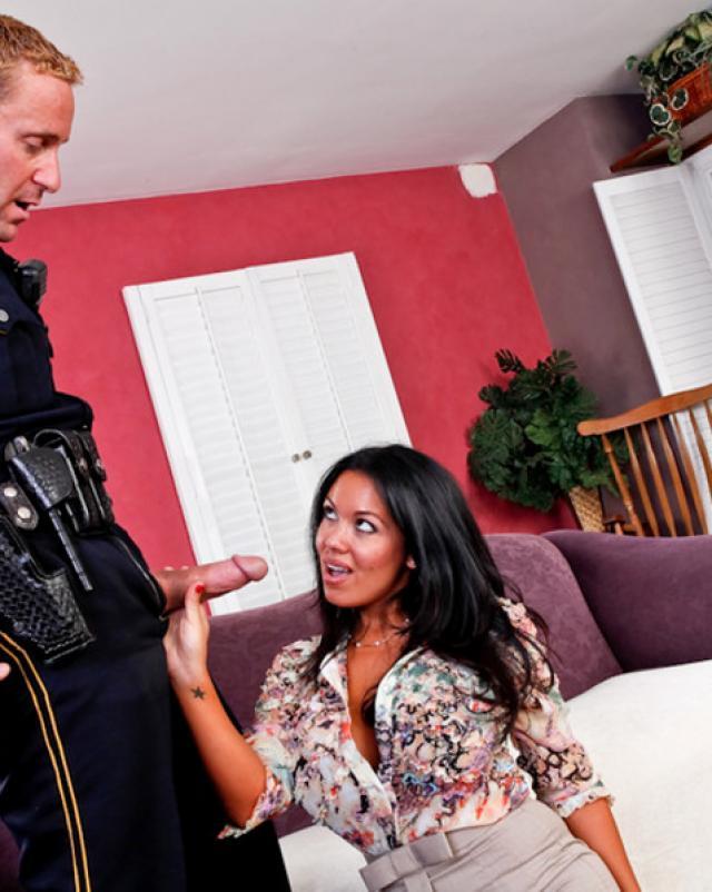 Милфа отблагодарила полицейского