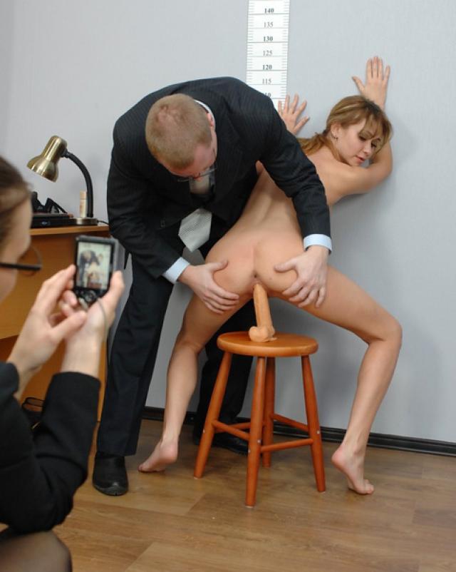 Девушку проверяют на гибкость