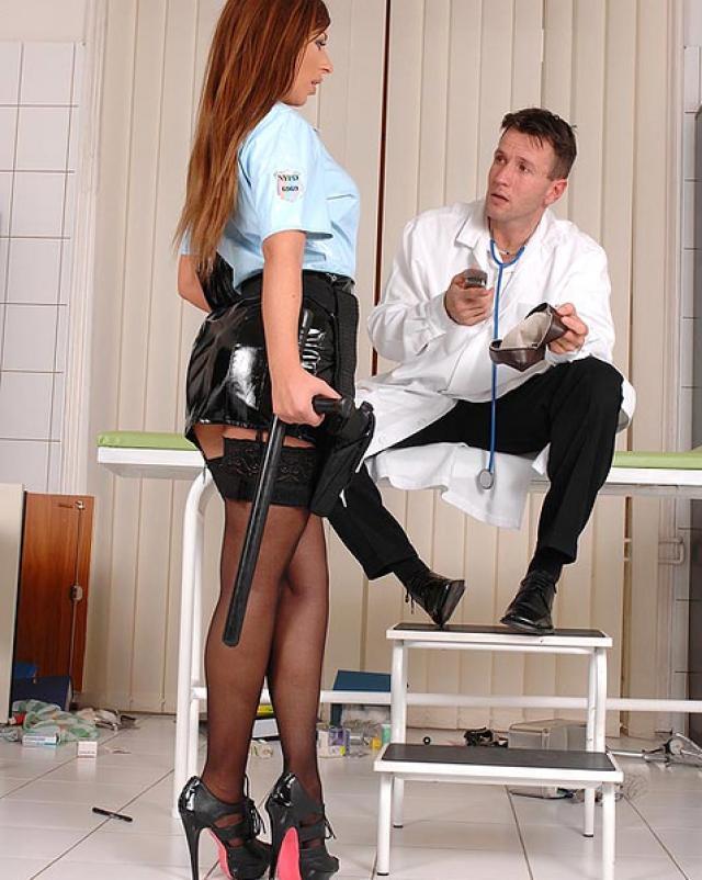 Полицейская в латексе грубо оттрахана