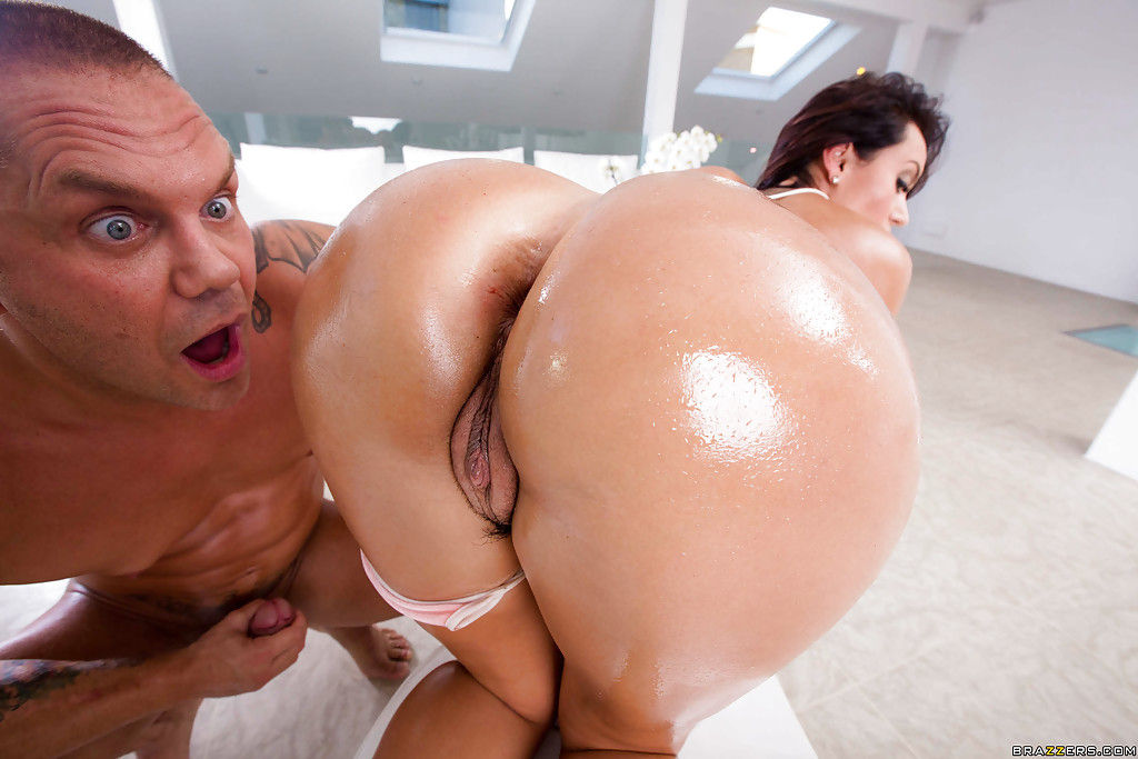 Мужчина жестко трахает жопу гламурной соседки в масле