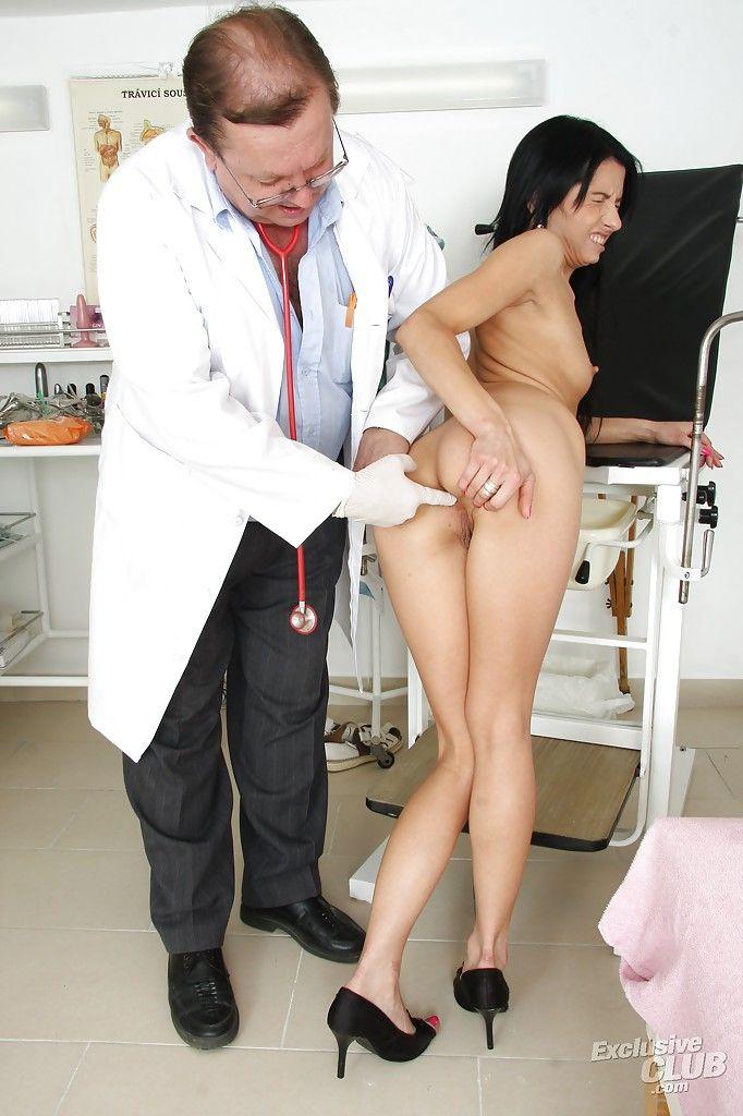 Доктор извращается над анальным отверстием горячей пациентки