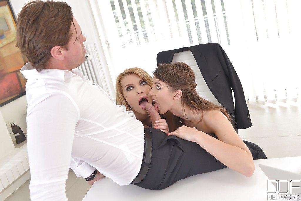 Босс фирмы трахается  с секретаршей и бухгалтером в офисе