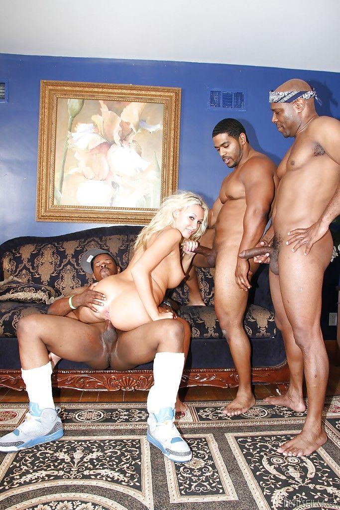 Группа негров заливает спермой дырки блондинки