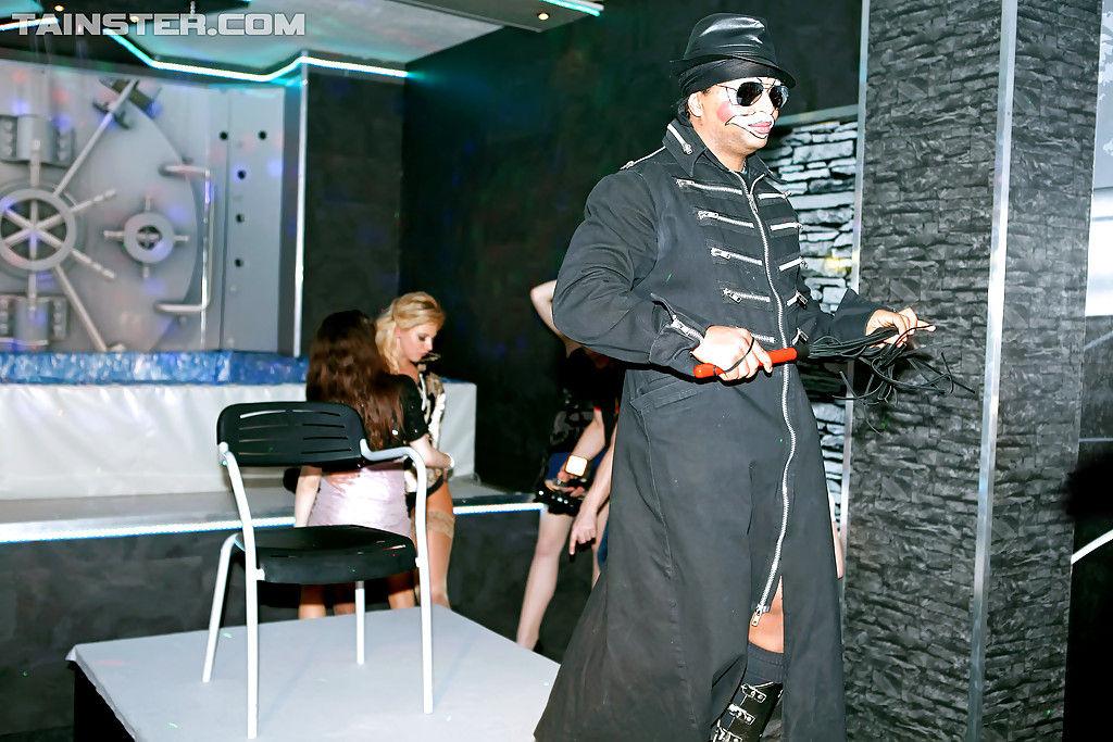 Шикарные мамочки трахаются на полную катушку в ночном клубе