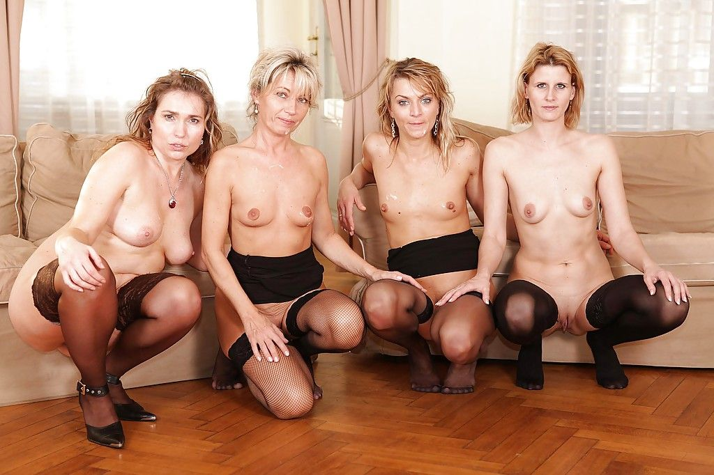Дикие мамочки устроили межрассовую групповуху с двойной пенетрацией