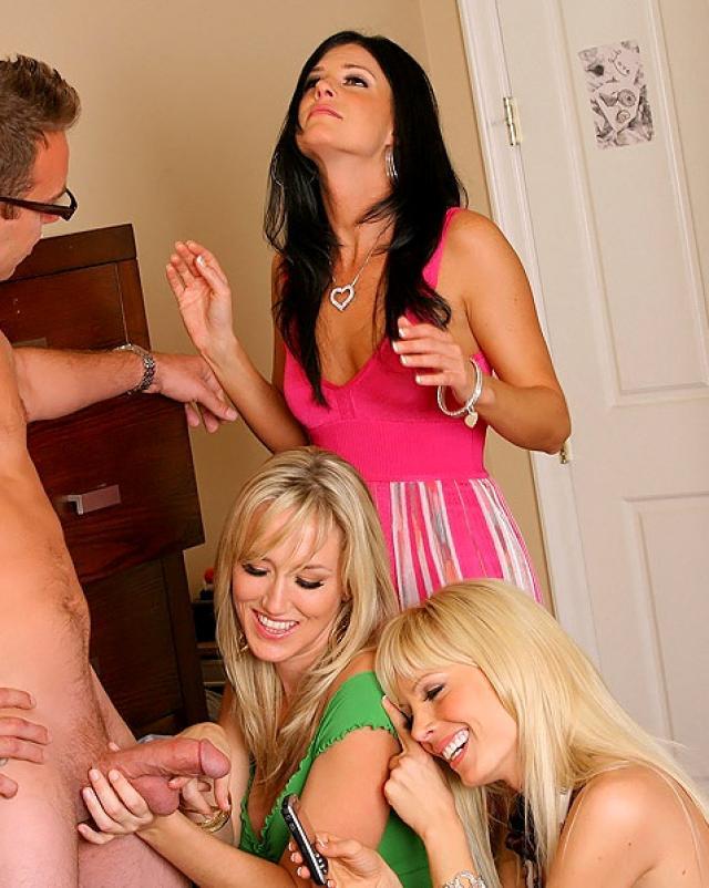 Три горячие сучки дрочат член парня на диване