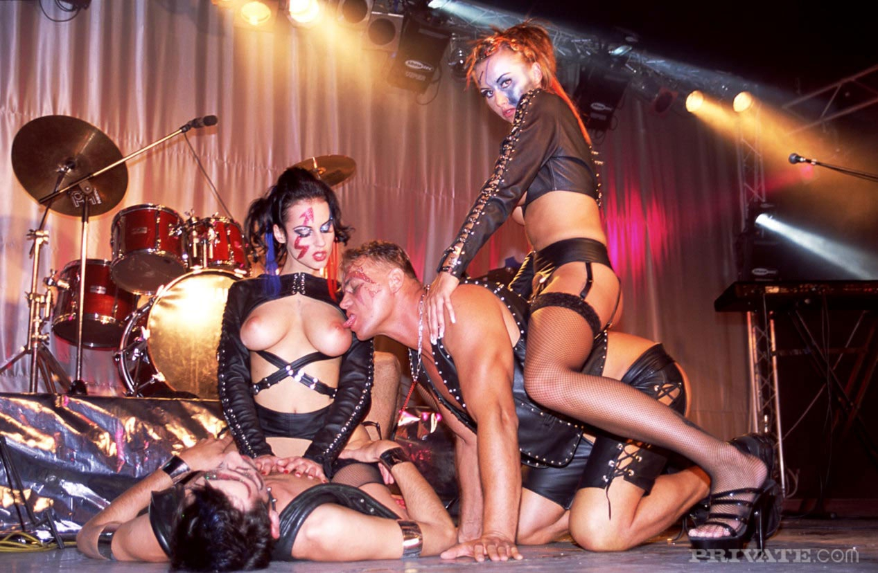 Рок музыкант лижет пизду шлюхи на групповухе