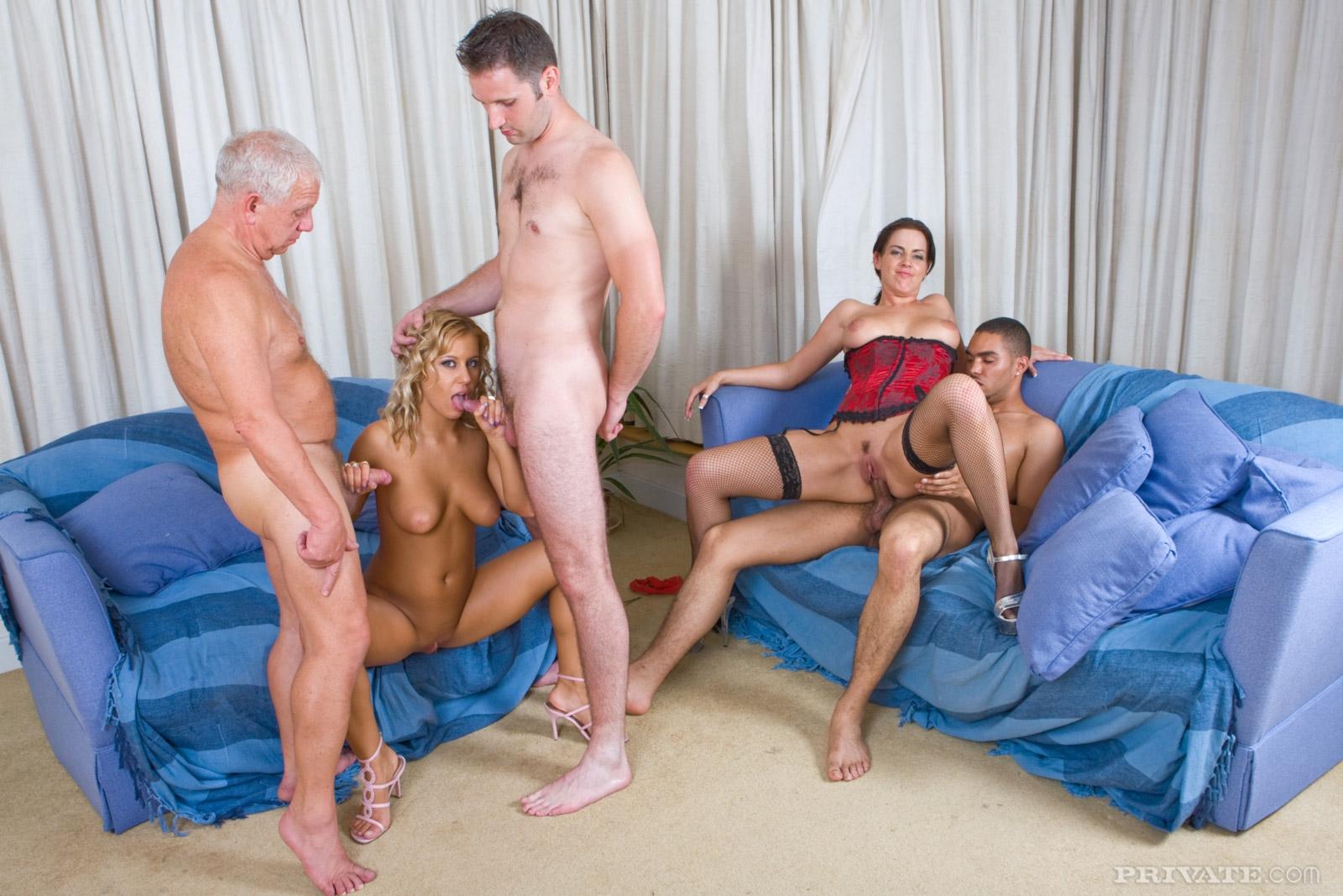 Толпа мужчин жарит двух молодых проституток в групповухе