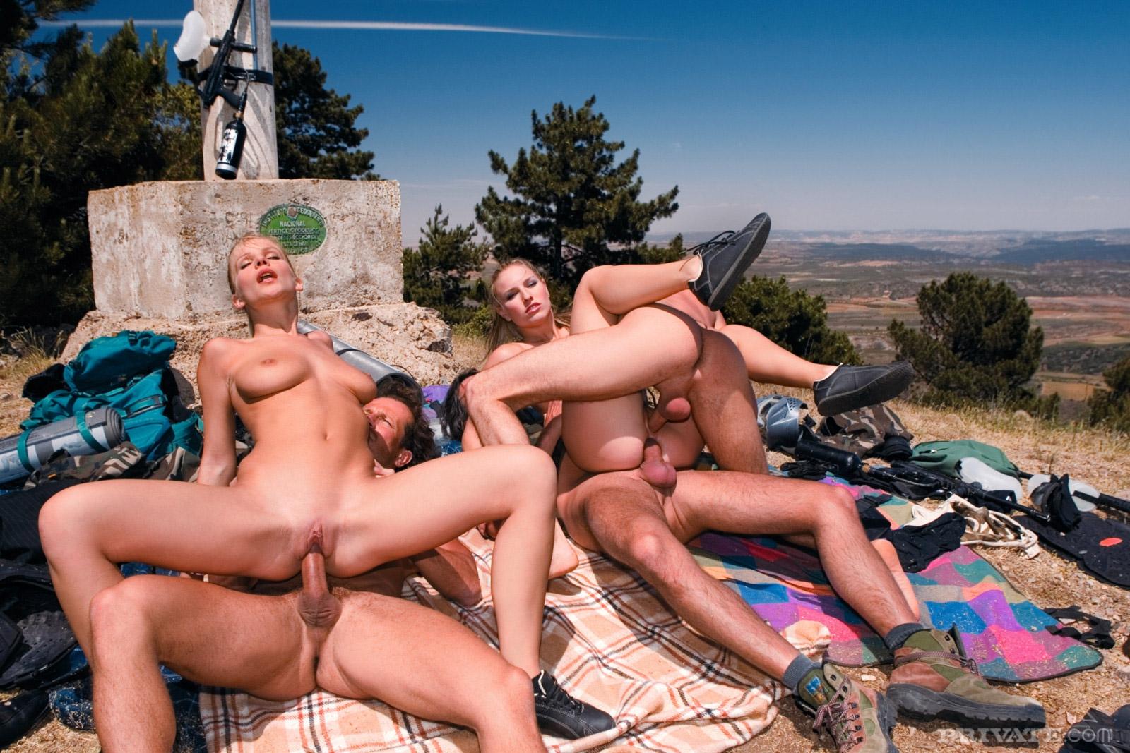 Шаловливые девки жарятся в анальной групповухе