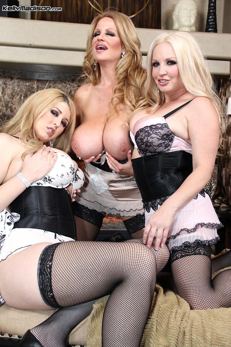 Мужик занимается групповым сексом с тремя порно звездами