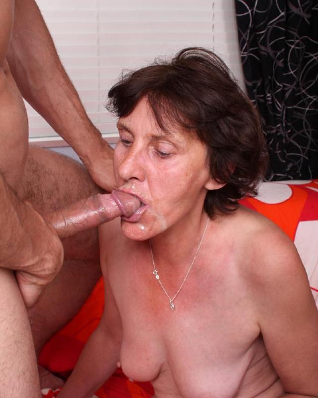 Беззубая баба с рабочим ртом умело делает минет