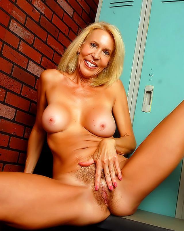 Дерзкая блондинка ласкает пальцами писю