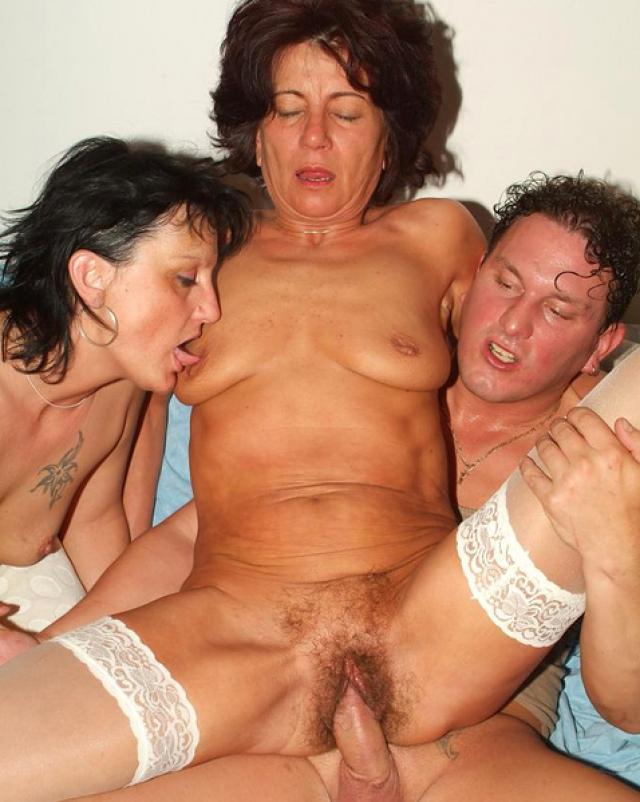 Парень устроил секс с двумя женщинами