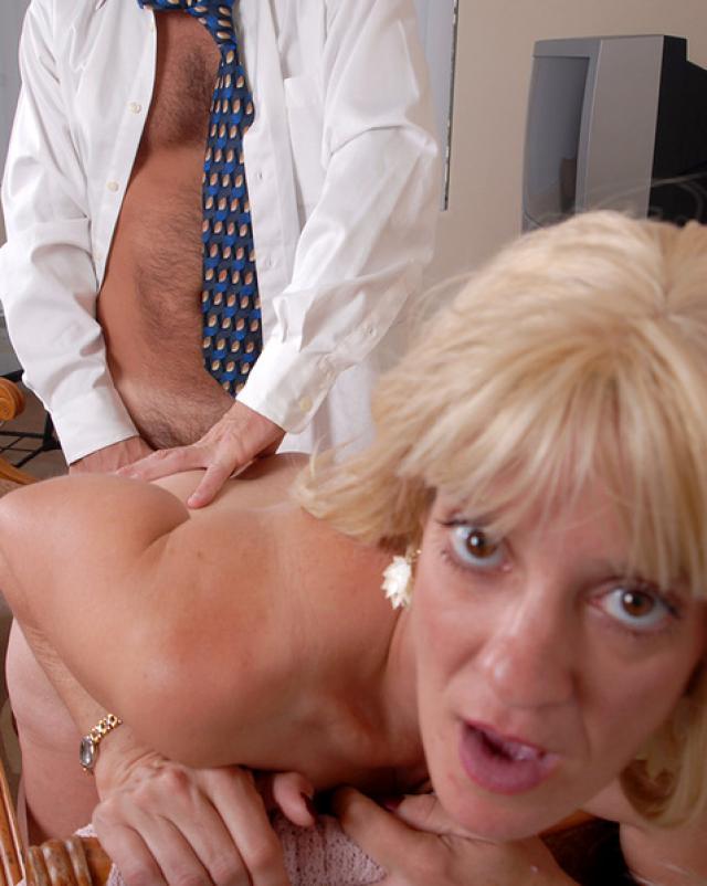 Начальник трахает свою старую секретаршу