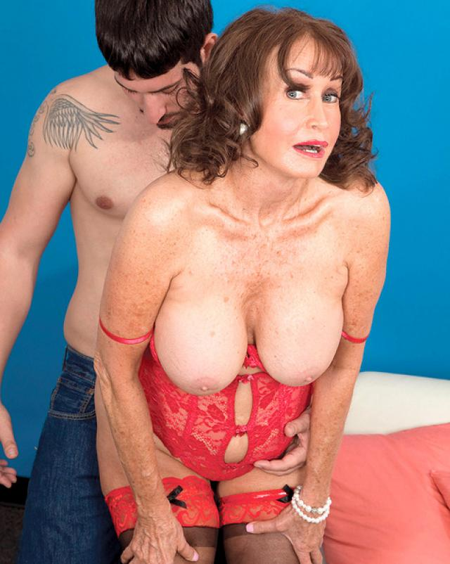 Обалденная 60-ти летняя женщина покоряет своего нового любовника