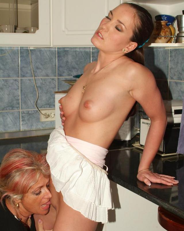 Бабушка и внучка устроили лесби игры на кухне