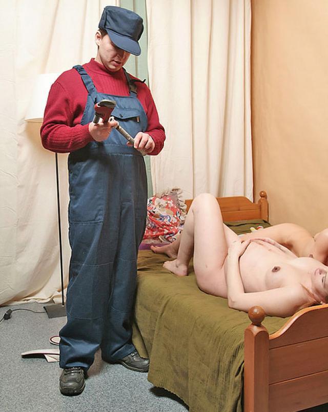 Русский сантехник раздевается для беременной мамки